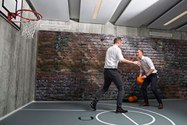 AXA New Way of Working (NWoW) - Mitarbeiter beim Basketballspiel